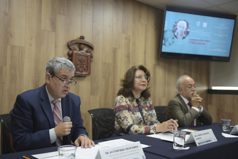 Rector del CUCSH, doctor Héctor Raúl Solís Gadea, haciendo uso de la palabra durante rueda de prensa