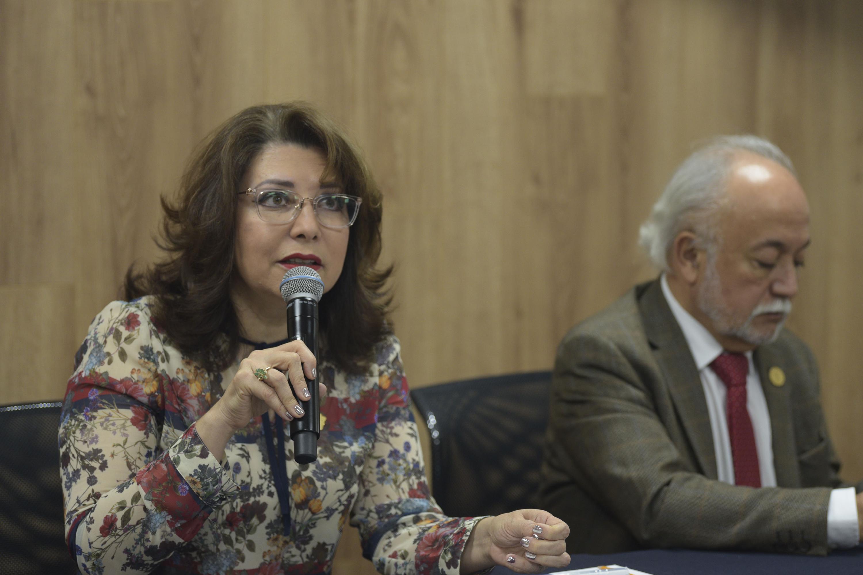 Vicerrectora Ejecutiva de la UdeG, doctora Carmen Enedina Rodríguez Armenta, haciendo uso de la palabra durante rueda de prensa