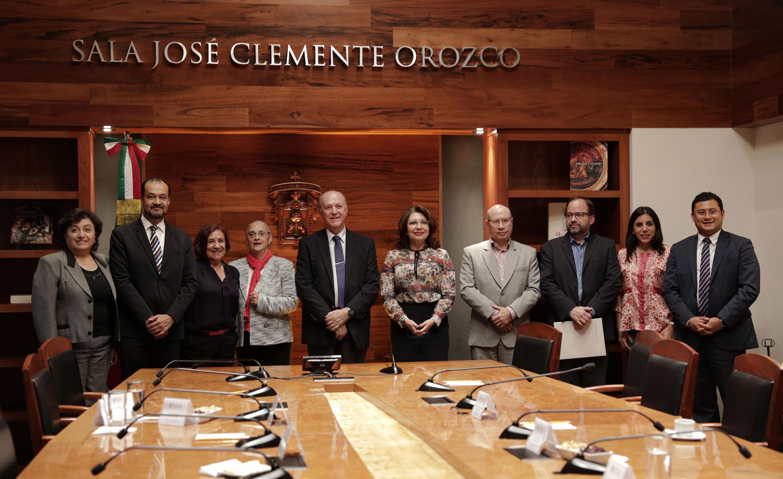 El Rector General, autoridades de la UDG y miembros de la INMujeres posan para foto grupal