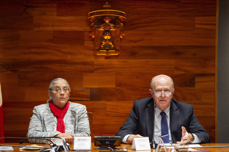 La titular de INMujeres y el Rector General  hablan al publico presente en la Sala Jose Clemente Orozco