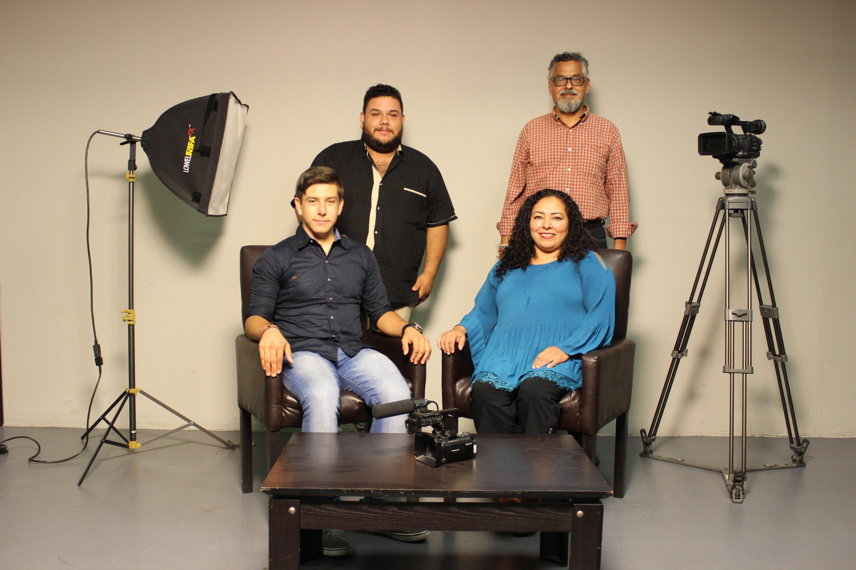 Los cuatro realizadores posaron para una foto grupal con su equipo de trabajo