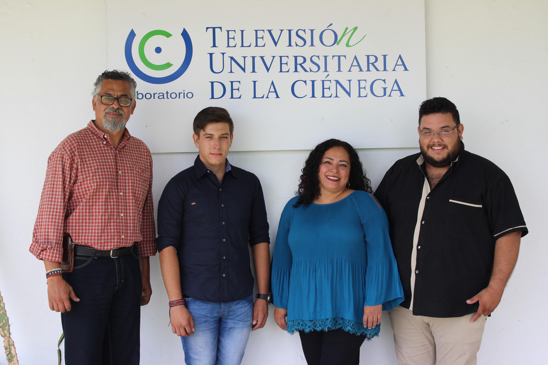 Los cuatro realizadores  posan delante de un anuncio de la Television Universitaria de La Cienega