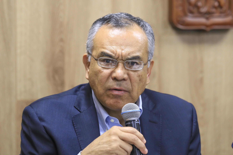 Doctor Adrían de León Arias haciendo uso de la palabra durante rueda de prensa