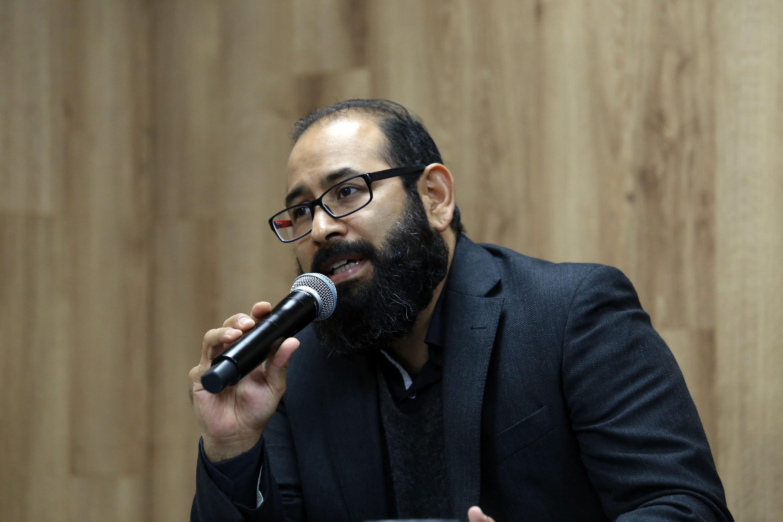 Coordinador de la Licenciatura en Comunicación Pública del CUCSH, doctor Carlos Emiliano Vidales Gonzáles, haciendo uso de la palabra durante rueda de prensa