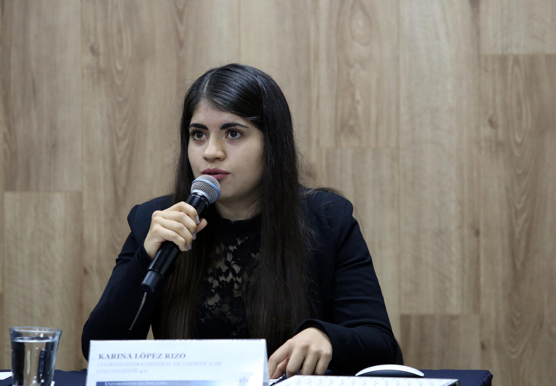 Coordinadora General de Logística de Contingente 4.0, estudiante Karina López Rizo, hablando frente al micrófono durante rueda de prensa