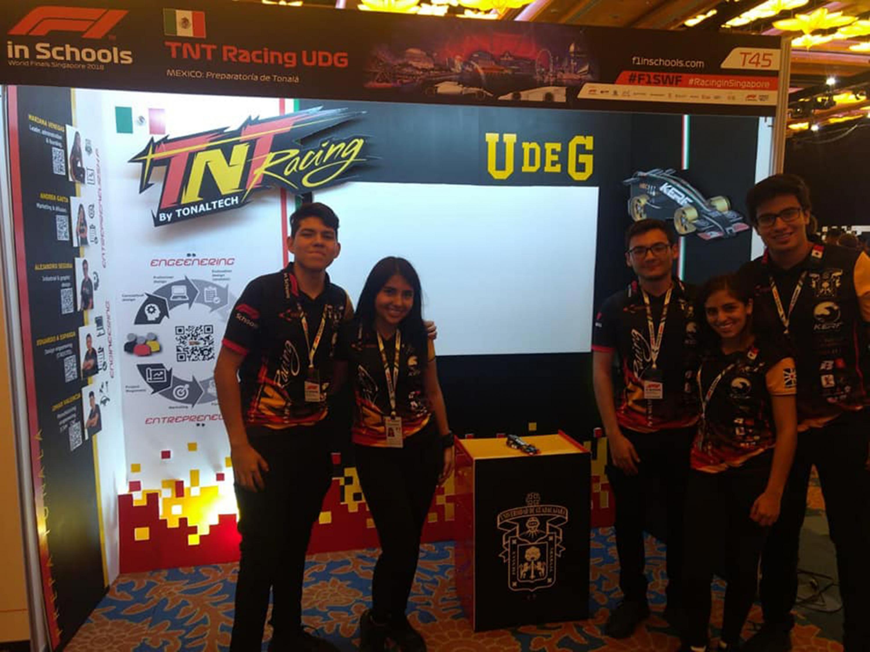 El equipo representante de México junto a su stand y equipo de competencia