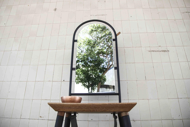 de mueble, ganador del concurso nacional Dimueble; reflejando la imagen de un árbol.