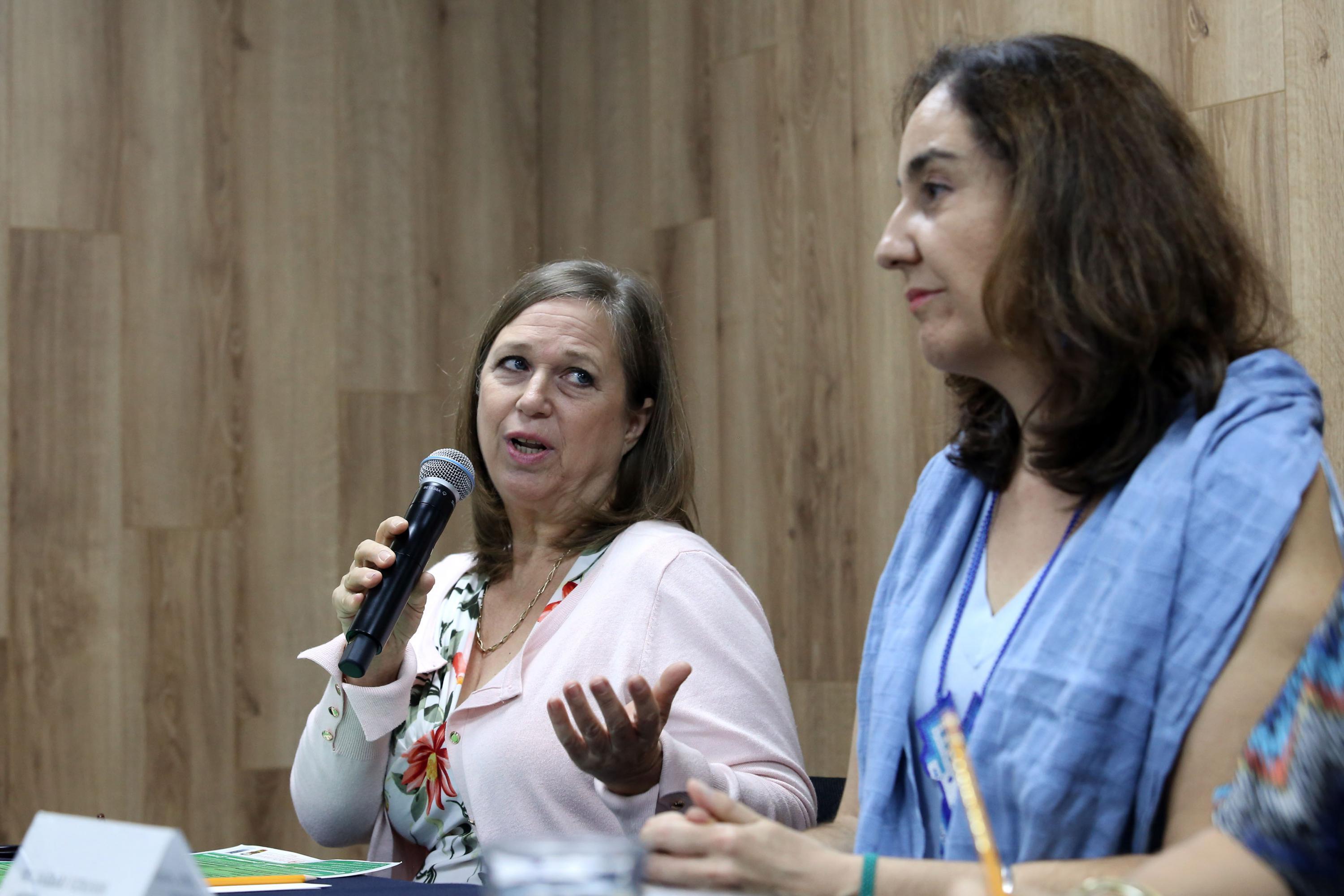 Cathy Urroz de Thompson, consultora internacional de lactancia materna, con micrófono en mano haciendo uso de la palabra.