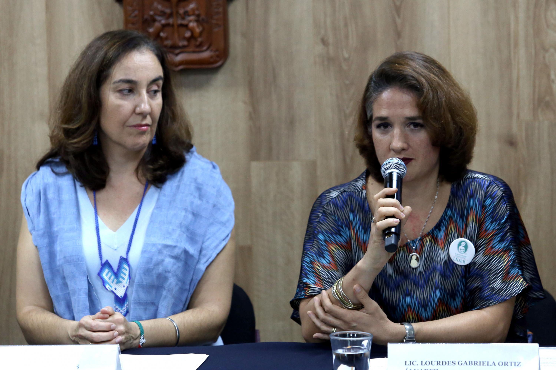 Lourdes Gabriela Ortiz Álvarez, líder de la Liga de la Leche México, con micrófono en mano haciendo uso de la palabra.