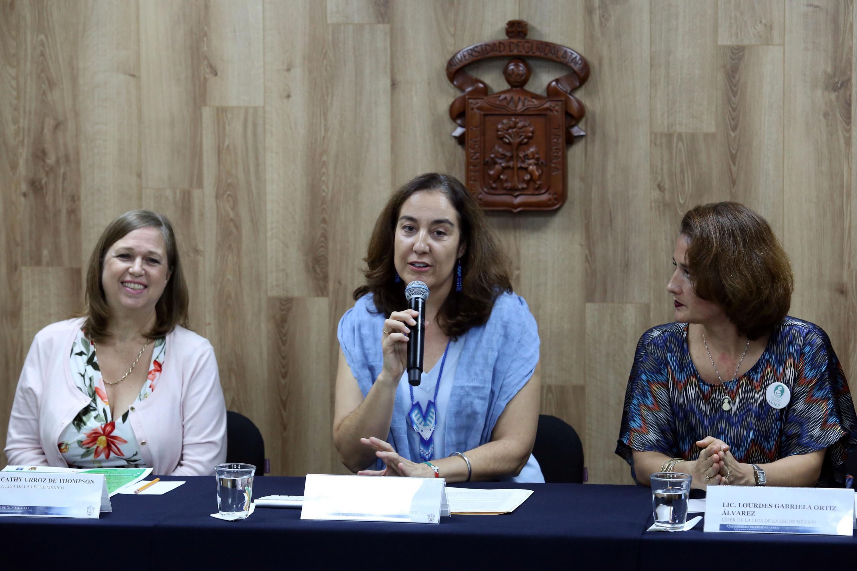 Doctora Bárbara Vizmanos Lamotte, Coordinadora de Investigación del Centro Universitario de Ciencias de la Salud de la Universidad de Guadalajara, con micrófono en mano haciendo uso de la palabra.