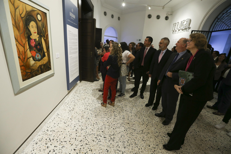 Ellen Eade y otras personas observan un cuadro del museo de las artes