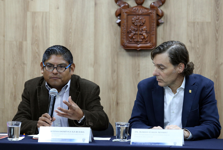 Profesor investigador del Departamento de Historia del CUCSH, doctor Fortino Domínguez Rueda, haciendo uso de la palabra durante rueda de prensa