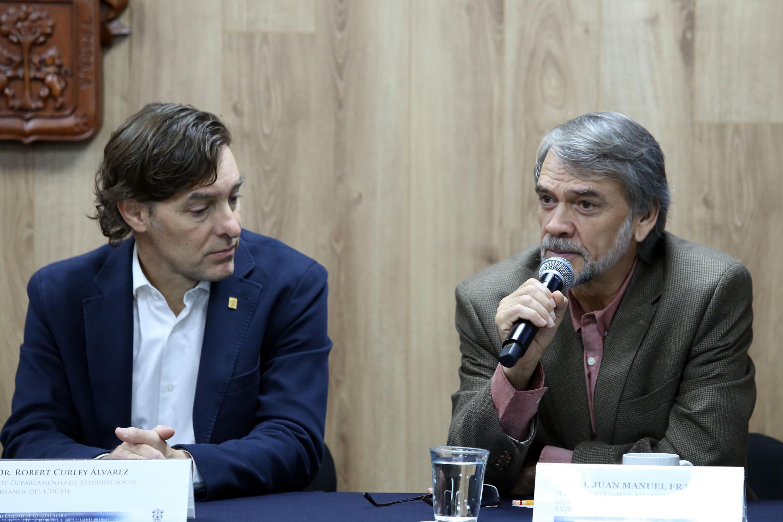 Jefe de la UACI, adscrita a la Coordinación General de Extensión, maestro Juan Manuel Franco, hablando frente al micrófono durante rueda de prensa