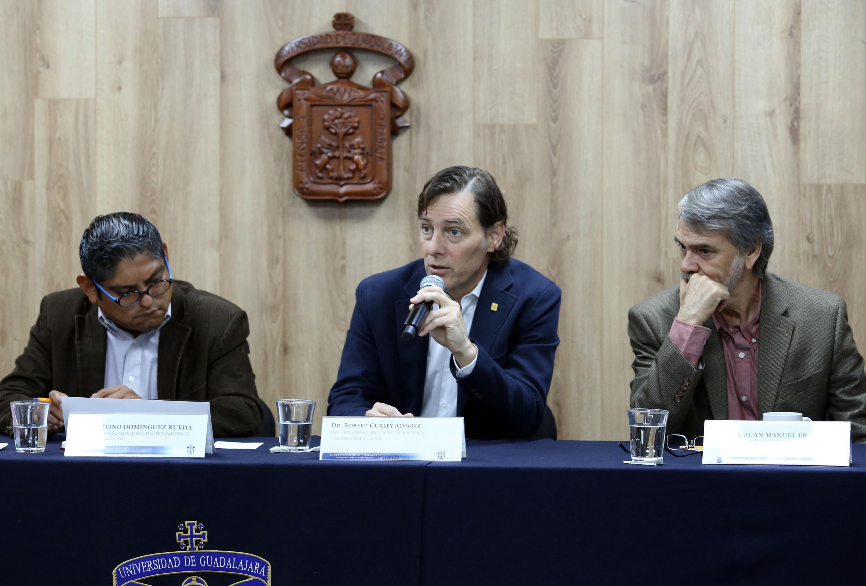 Profesor investigador del Departamento de Historia del CUCSH, doctor Robert Curley Álvarez, participando en rueda de prensa