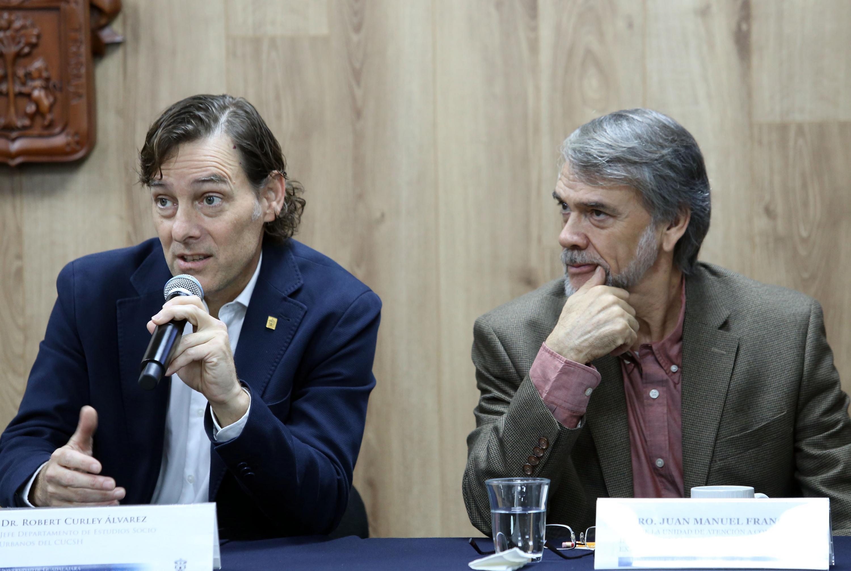 Profesor investigador del Departamento de Historia del CUCSH, doctor Robert Curley Álvarez, haciendo uso de la palabra en rueda de prensa