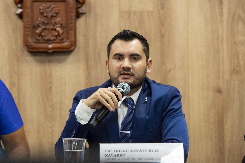 Licenciado Diego Ernesto Ruiz Navarro, Jefe de la Unidad de Protección Civil de la Coordinación General de Servicios a Universitarios, de la UdeG; con micrófono en mano haciendo uso de la palabra.