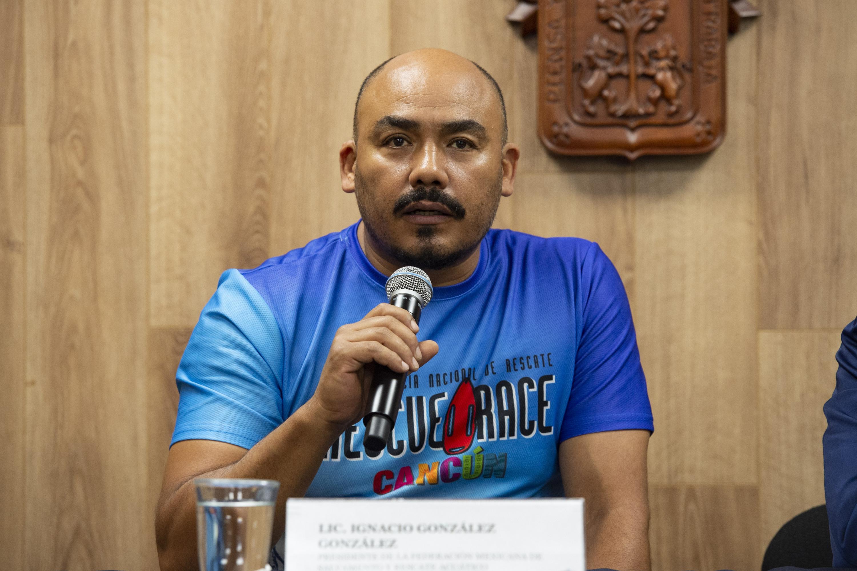 licenciado Ignacio González González, Presidente de la FMSRA; con micrófono en mano haciendo uso de la palabra.