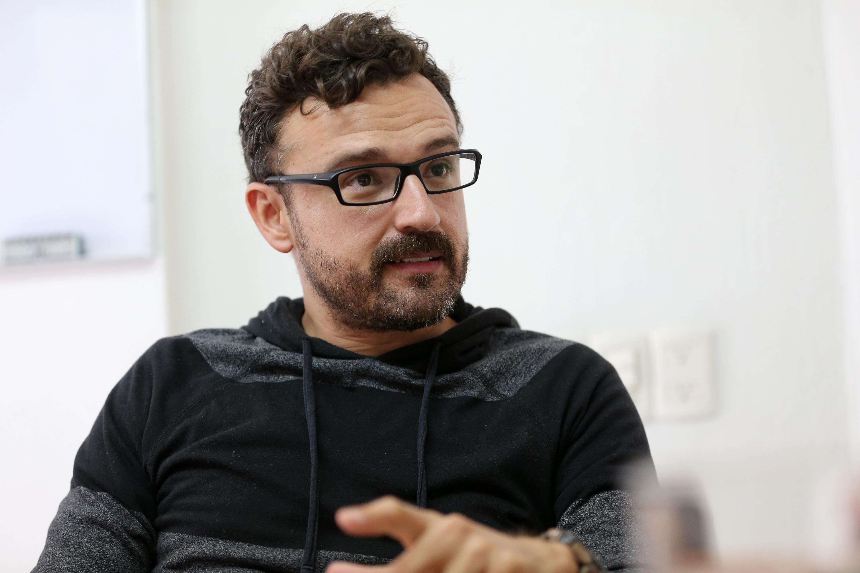 Licenciado Juan Felipe Cobián, editora del libro de Juan José Arreola, en entrevista haciendo uso de la palabra.