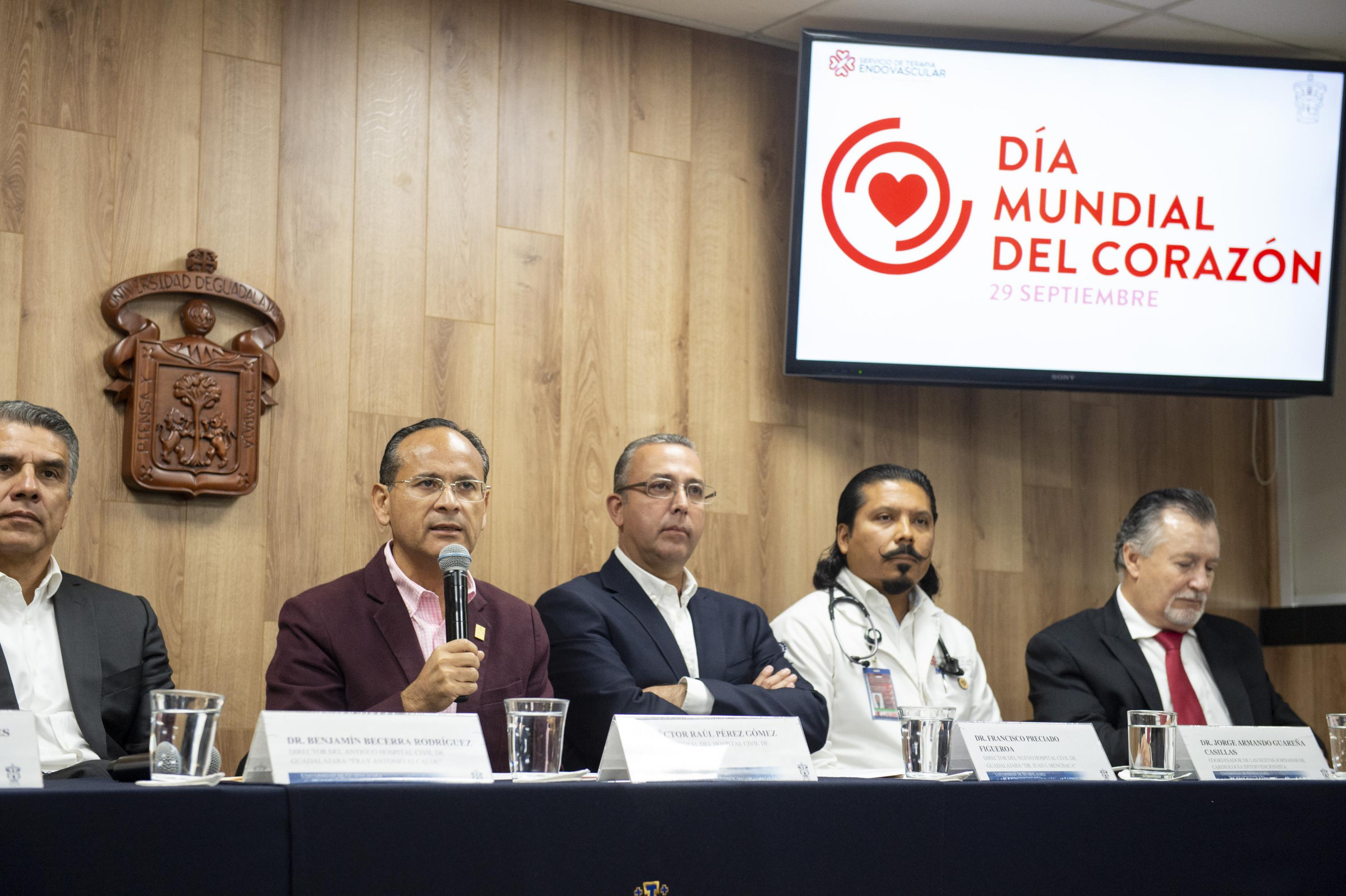 El Director General del OPD Hospital Civil de Guadalajara hablando a los medios presentes