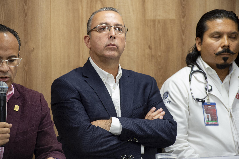 El Dr. Francisco Preciado Figueroa cruzado de brazos