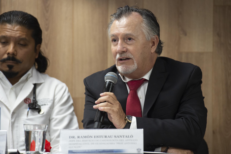 El doctor Ramón Esturau Santalo hablando al público