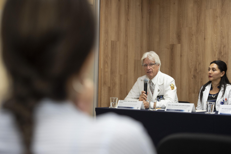 doctor Gabriel Arturo Ramos López hablando durante la rueda de prensa