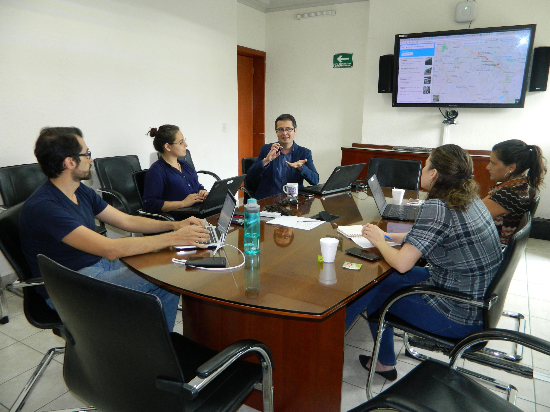 Investigadores de UDGVirtual sosteniendo reunión en sala de juntas.