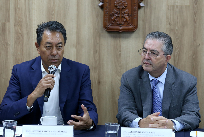 El ingeniero Héctor Padilla Gutiérrez sentado al lado del rector de CUCBA