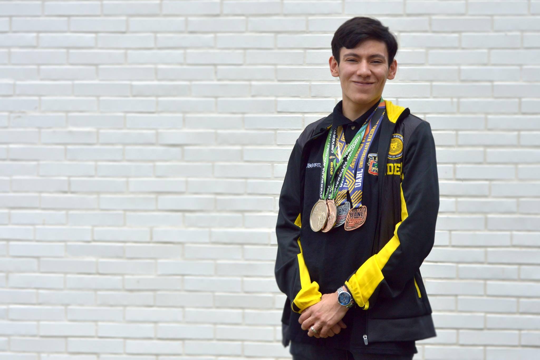 Josué Morales Lizárraga, seleccionado nacional en esgrima y estudiante de quinto semestre de la licenciatura en Tecnologías e Información de UDGVirtual; portando las medallas ganadas en anteriores competencias.