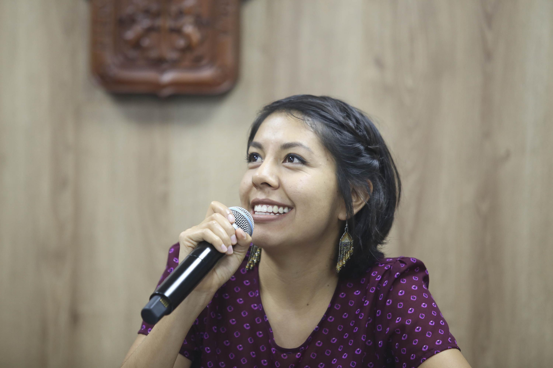 Claudia Nayeli Quiñonez Leal habla al microfono