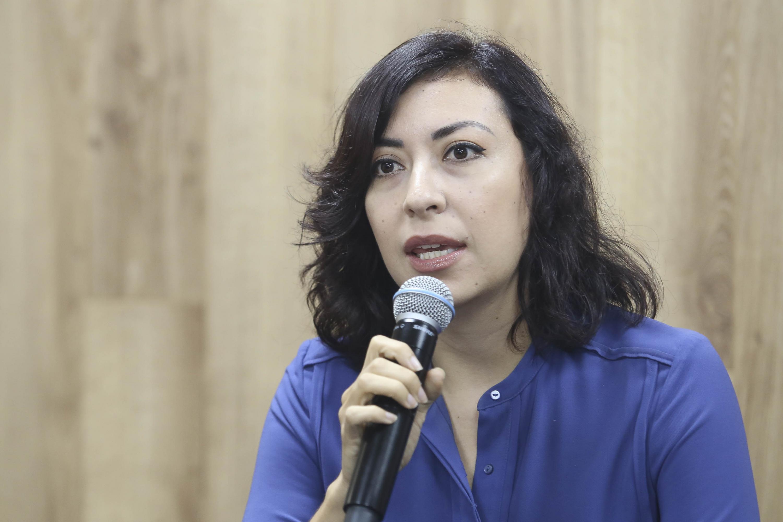licenciada Irais Ávila Gómez al microfono