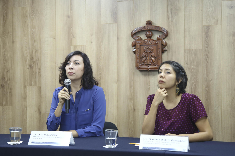La directora y la coordinadora de la Muestra Movimiento Audiovisual hablan en la sala de prensa de la UDG
