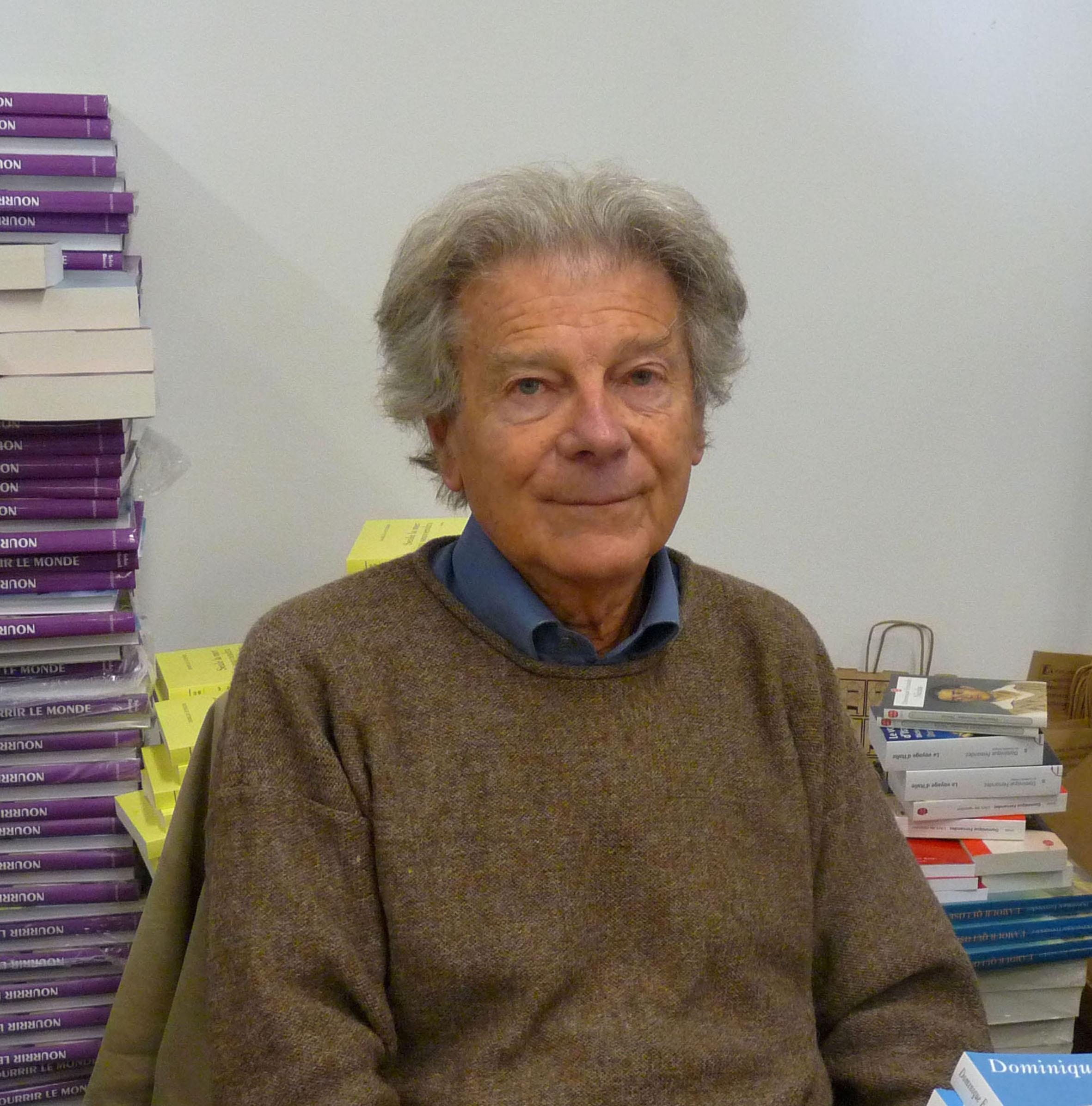 Retrato de Dominique Fernandez, hombre mayor de cabello cano