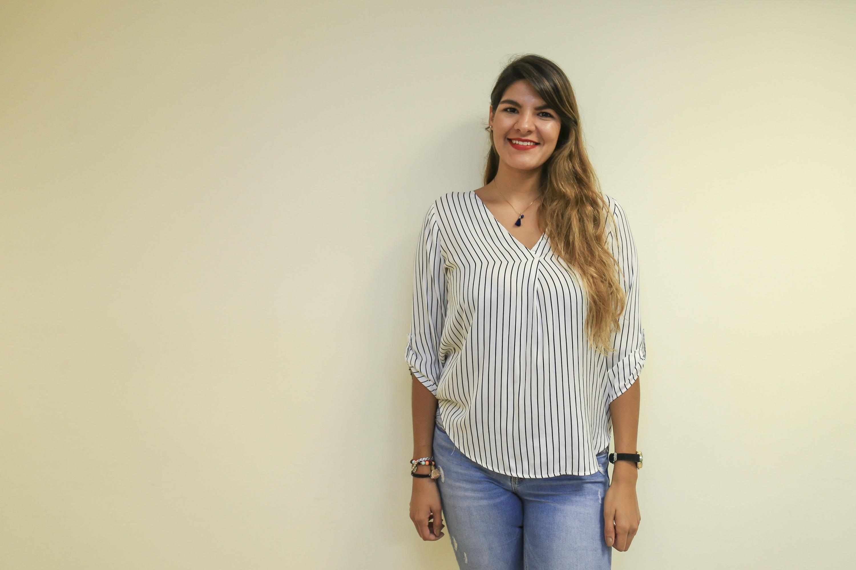 """Ganadora de una de las cinco categorías de la presea """"Irene Robledo García"""", posando para toma de fotografía."""