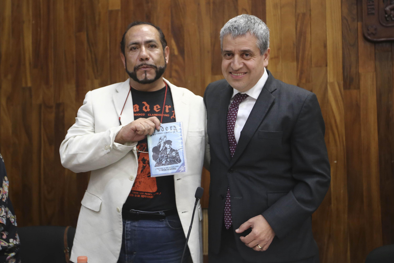 El academico y el rector de CUCSH muestran uno de los ejemplares de la pyblicacion Madera, periodica clandestino