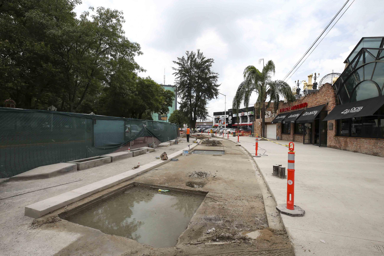 Obras de construcción en calles dejadas sin terminar, con agujeros llenos de agua y que impiden el tránsito de personas.