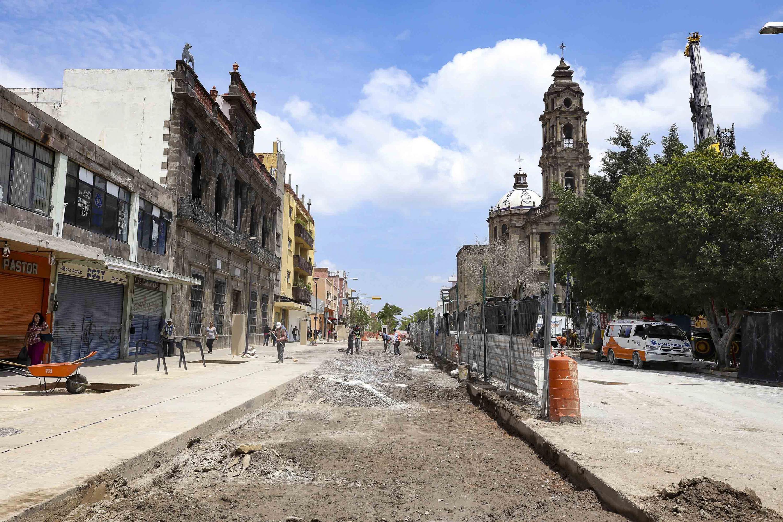Personas de la construcción, rellenando y empalmando una de las calles por las que se ubica la catedral.