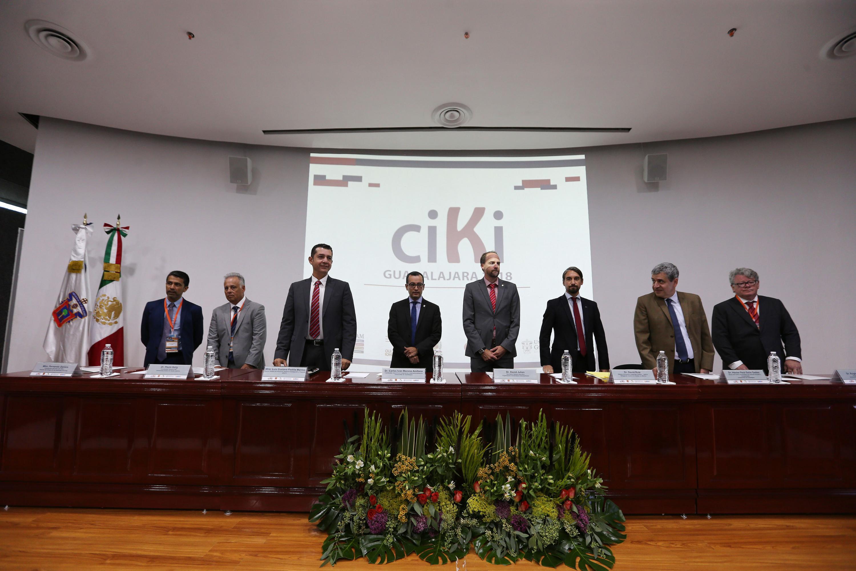 8 invitados de la mesa de presidio de pie para una foto oficial