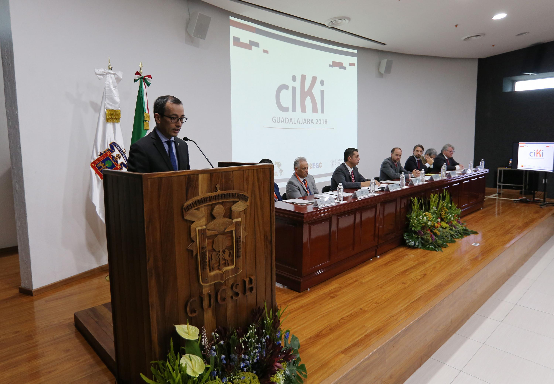 El Coordinador General de Cooperación e Internacionalización hablando desde el podio
