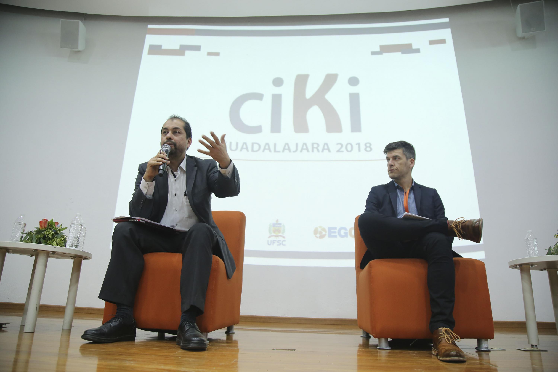 Dos de los panelistas del evento CIKI