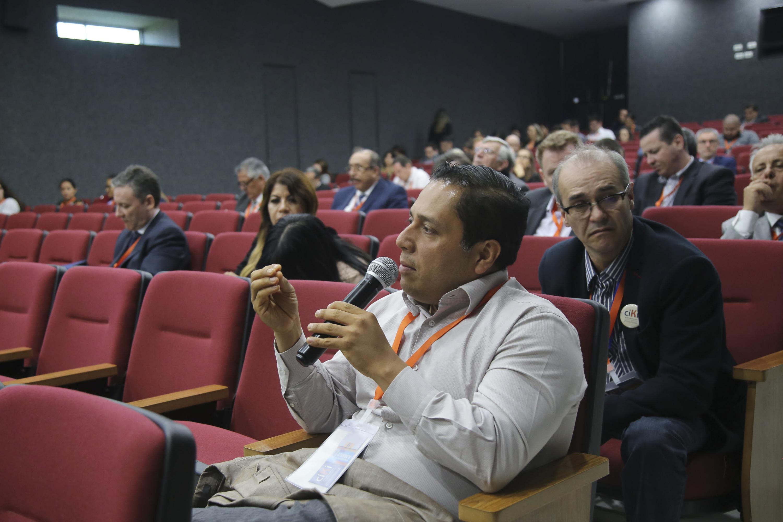 Uno de los asistenetes al panel realiza preguntas a los participantes