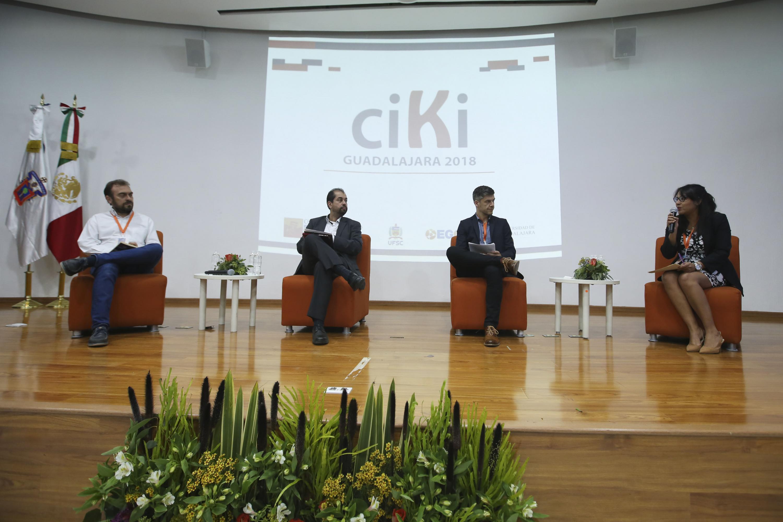 Los cuatro panelistas hablaron desde el escenario del auditorio de CUCSH campus Belenes