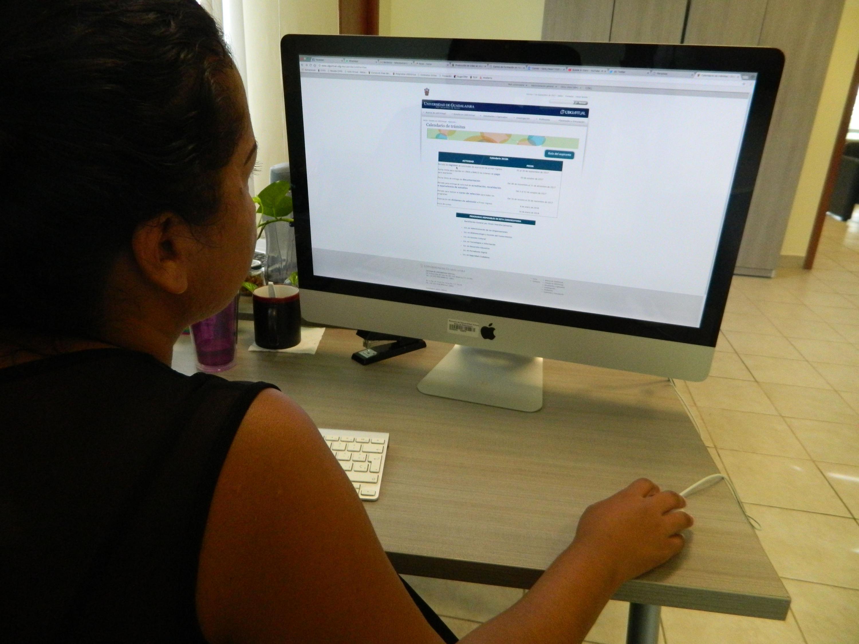 Usuaria navegando en la página de UDGVirtual, desde su computadora de escritorio.