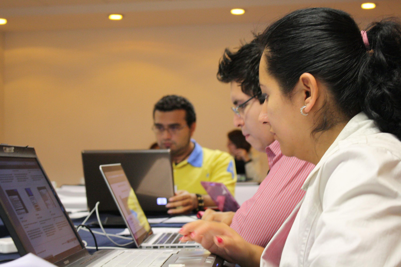 Estudiantes de UDGVirtual, navegando en sus computadoras portátiles.