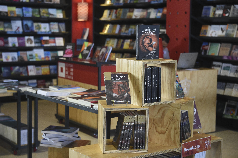 Libros expuestos en el estand de la universidad de Guadalajara dentro de la Feria Internacional del Libro Universitario.