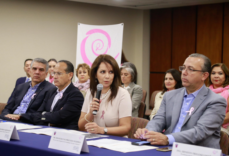 Maestra Esther Cisneros Quirarte, presidenta de la Fundación Voluntarias contra el Cáncer A.C. y de la Cena Gala Pasarela, haciendo uso de la palabra.
