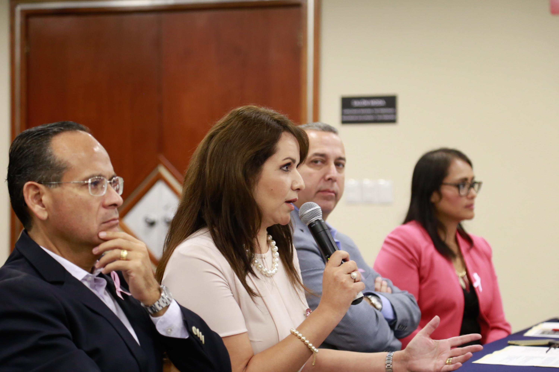 Maestra Esther Cisneros Quirarte, participando en rueda de prensa.