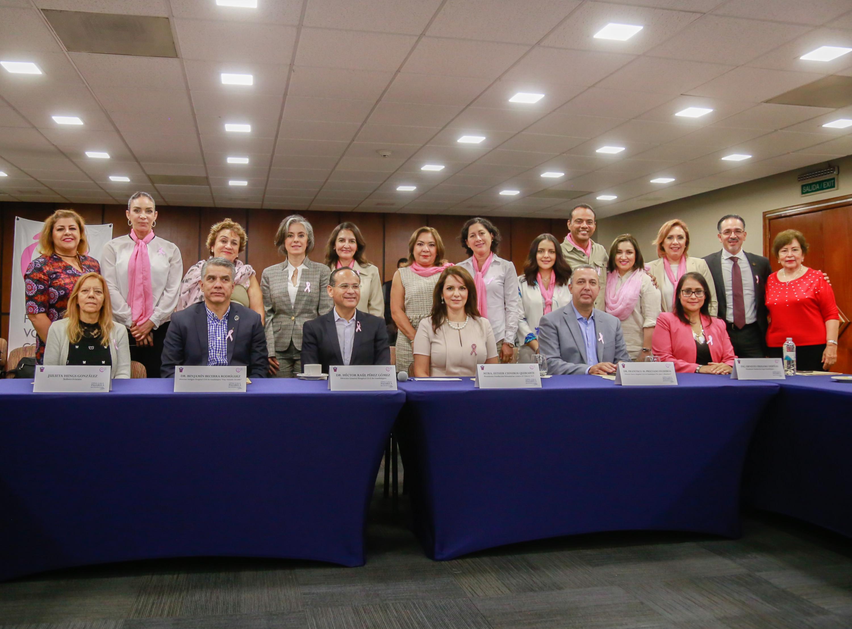 Autoridades del Hospital Civil de Guadalajara y la Fundación Voluntarias contra el Cáncer A.C, participando en rueda de prensa.