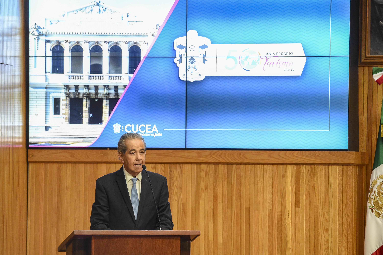 Secretario de Turismo de Jalisco, Jesús Enrique Ramos Flores, hablando frente al micrófono