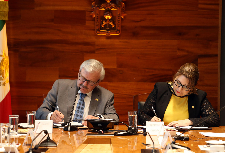 Vicerrectora Ejecutiva de esta Casa de Estudio, doctora Carmen Enedina Rodríguez Armenta y el  Presidente de la Universidad de Nuevo México Tech, doctor Stephen G. Wells, firmando el convenio